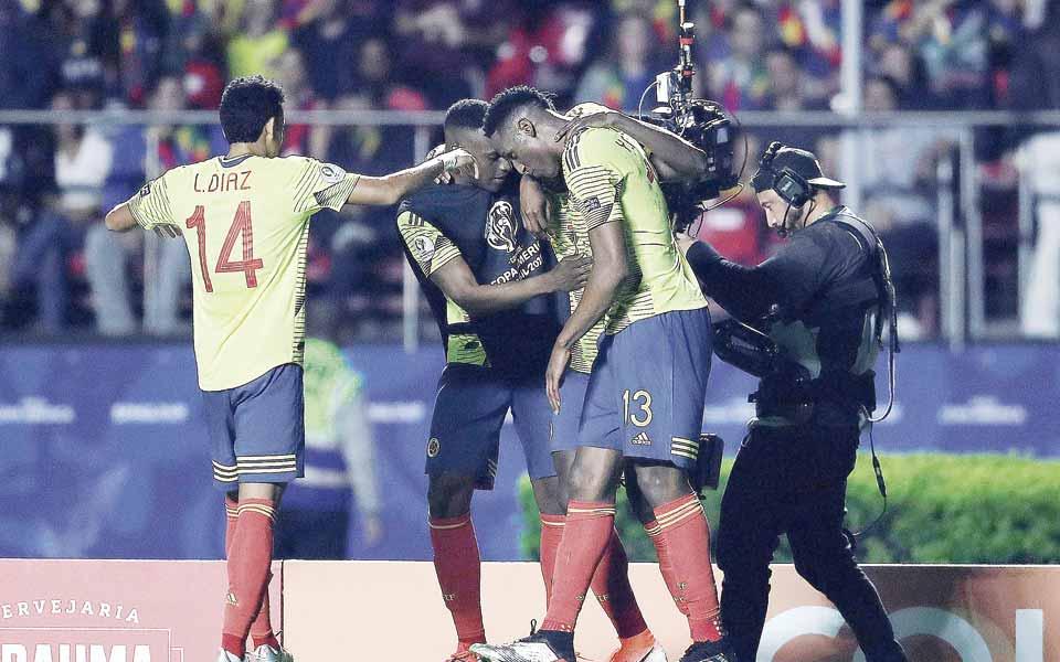 La magia de James y la racha de Zapata ponen a Colombia en los cuartos