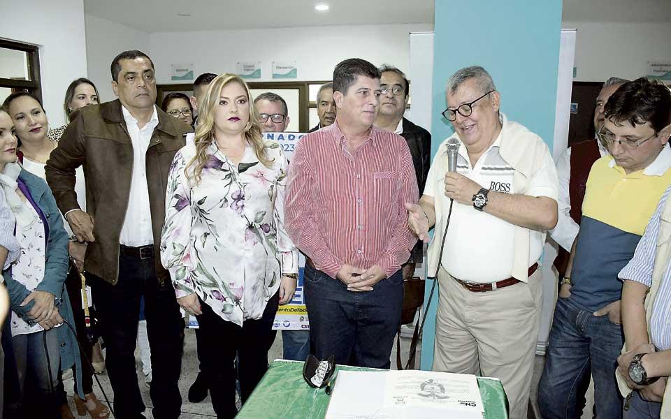 Víctor Manuel Tamayo Vargas con la credencial de gobernador de Risaralda en  la mano - El Diario