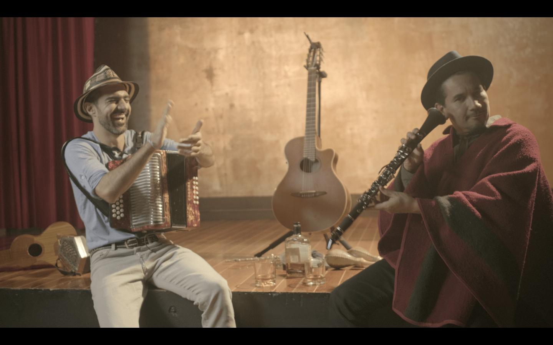 El cantautor y acordeonista colombiano Gregorio Uribe presentó un videoclip, en compañía del artista musical Jorge Villamizar
