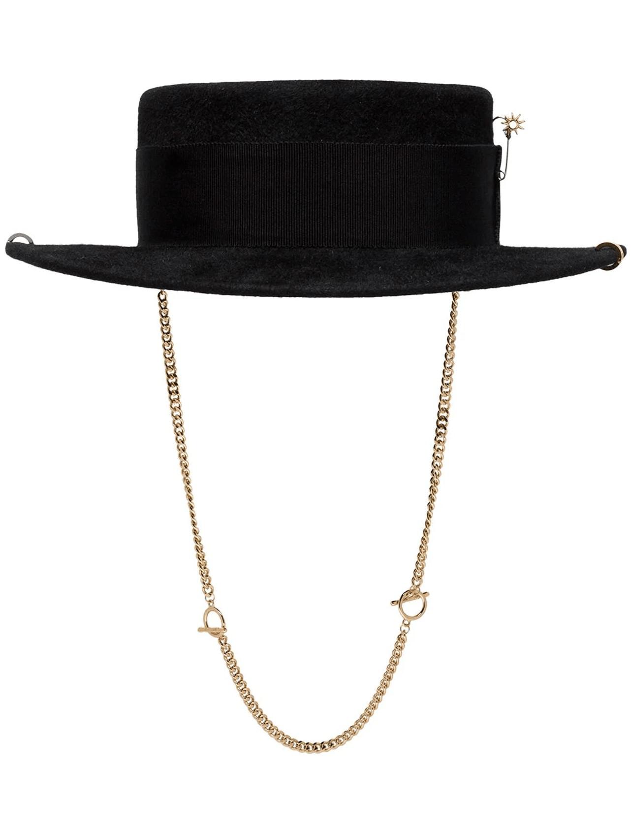 Tips y estilos ideales para vestir a la moda cada día en el Teletrabajo/RUSLAN BAGINSKIY sombrero canotie con cadena