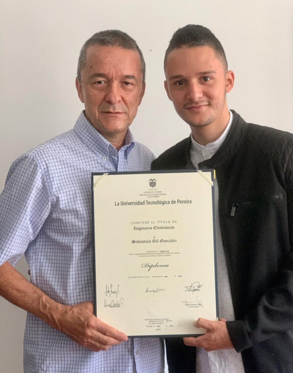 Sebastián Gil González se graduó como Ingeniero Electrónico