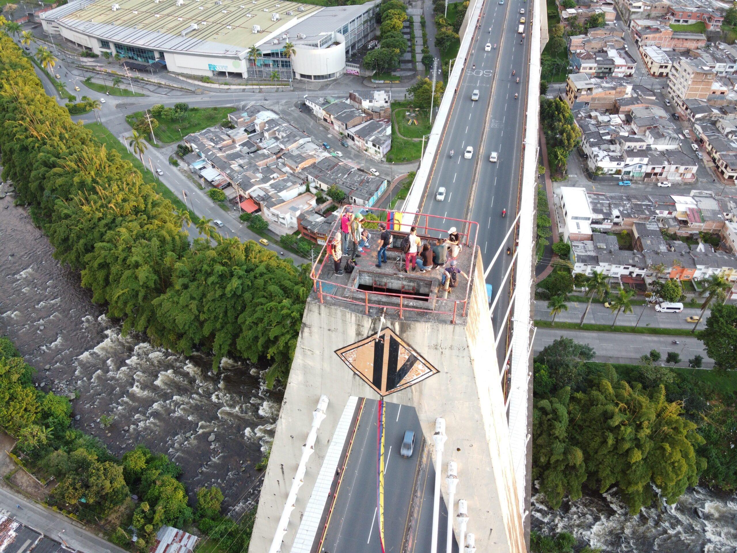 Manifestantes elevaron sus mensajes desde las torres del Viaducto