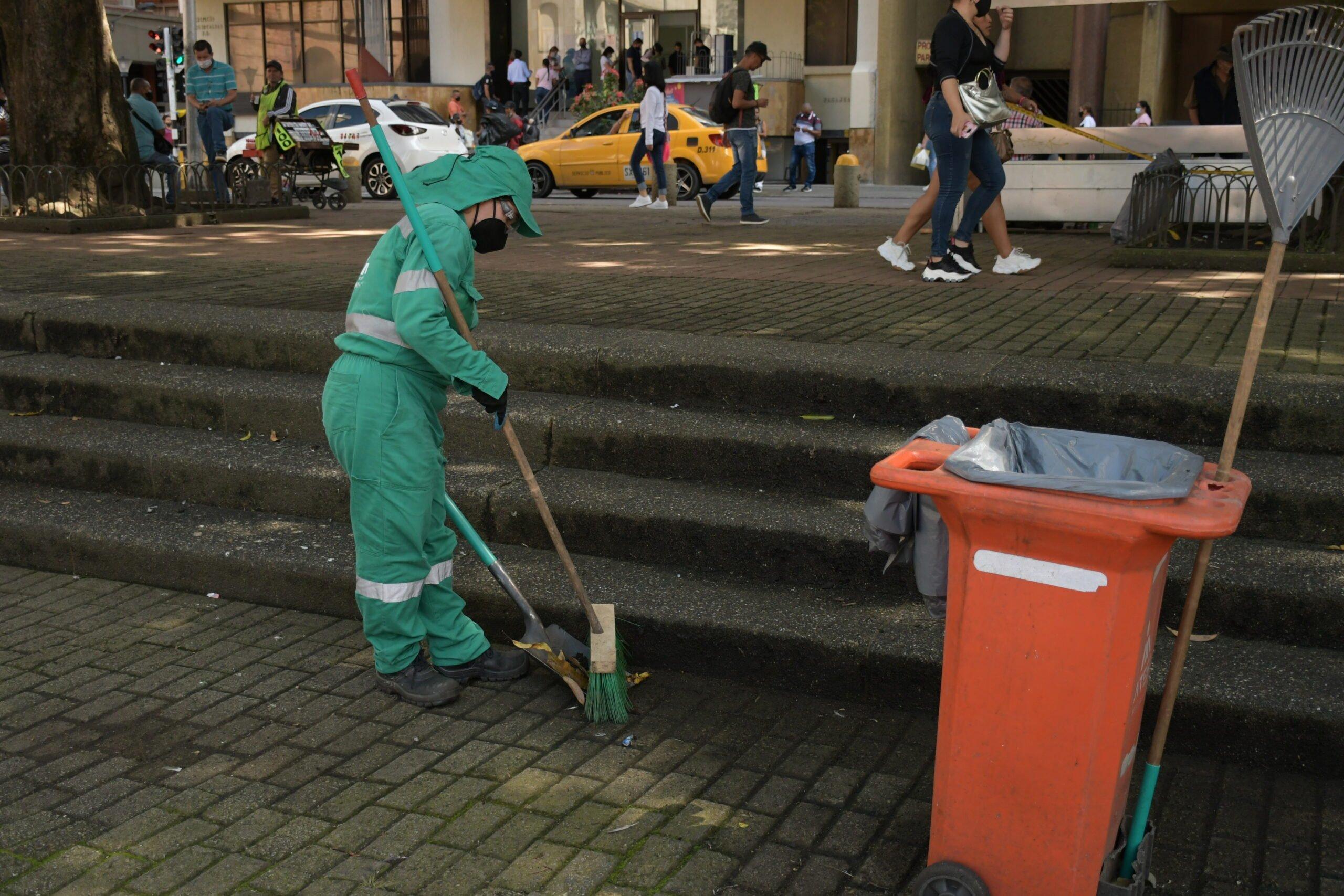 Operarios de aseo, con la camiseta bien puesta en las calles de Pereira